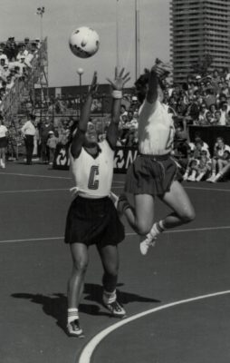 Sue Keal (WD) attempting to intercept against New Zealand Joan Hodgson