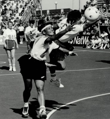 Sue Keal (C) on the way to offside in an attempt to intercept pass to New Zealand Loan Hodgson, with Ann Cush (WA) and Wai Taumanu (GD)