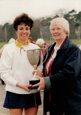 Jean Bourne presenting the Senior winners trophy to Herts Captain Kim Lambden