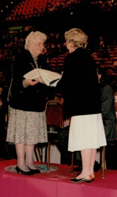 Pat Taylor, President handing on the IFNA flag to Cheryl Dawson, President of New Zealand, the hosts for the 1999 World Tournament. | Niels Carruthers